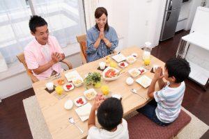 Une famille japonaise qui disent Itadakimasu avant de manger