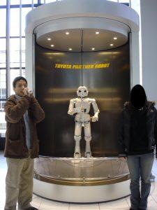 Une photo au toyota museum lorsque j'étais étudiant étranger 2009 : Ce robot sais jouer de la trompette !